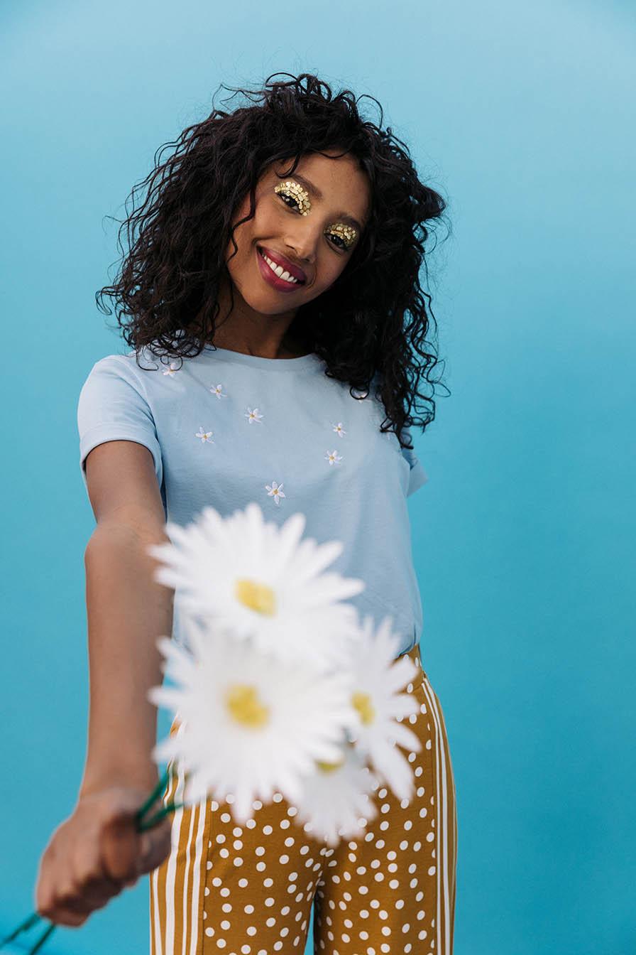 fleurs brodés sur t-shirt